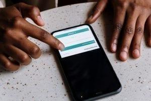 Pessoa vendo quanto custa um aplicativo
