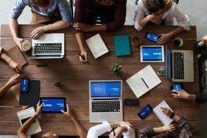 Pessoas aprendendo sobre o sistema de gestão integrado