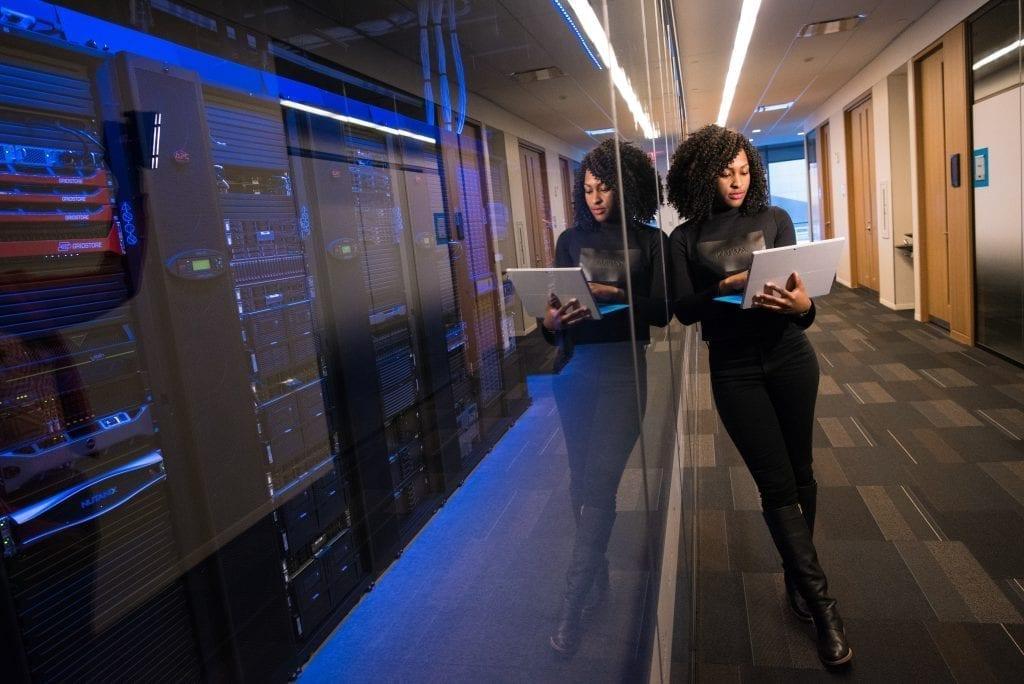 Mulher cuidando do sistema com segurança de dados