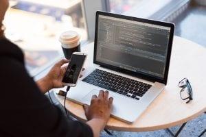 Pessoa estudando o que é um software