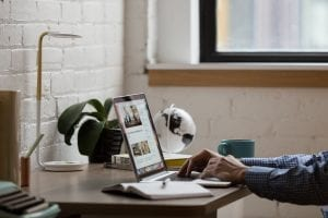 Pessoa estudando sobre wireframe e fazendo a sua aplicação