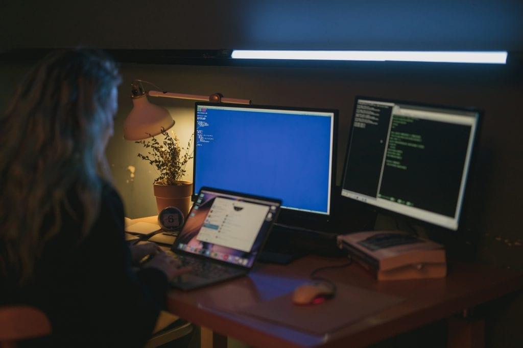 Pessoa trabalhando com sistema de informação