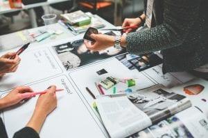 Pessoas estruturando ideia de negócio com a empresa