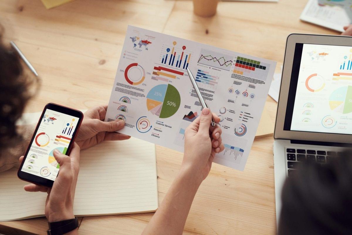 Pessoas estudando a pesquisa de mercado do negócio