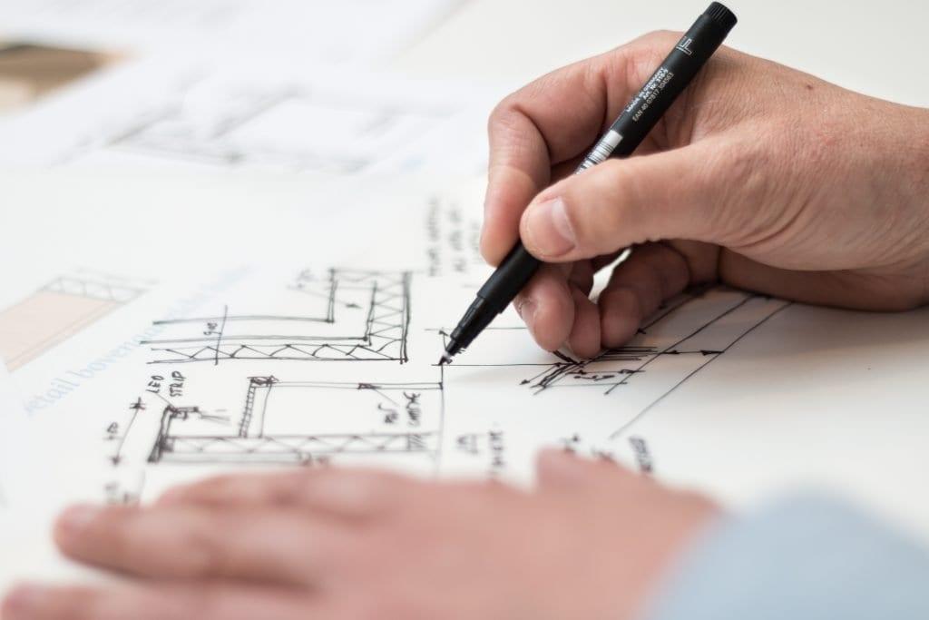 Pessoa criando um projeto arquitetônico